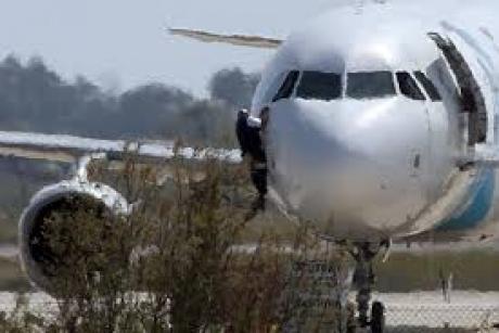 DECIZIE pentru bărbatul care a deturnat un avion pentru a-şi vedea fosta soţie