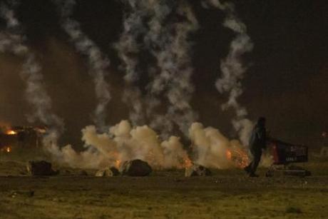 VIDEO Violențe EXTREME în Jungla de la Calais. Poliția a intrat în forță pentru evacuarea taberei