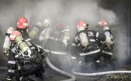 Incendiu PUTERNIC la un liceu din Mangalia: 150 de persoane au fost EVACUATE de urgență