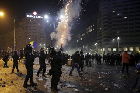 Poliția a REȚINUT 8 persoane implicate în violențele de la protestele din Piața Victoriei