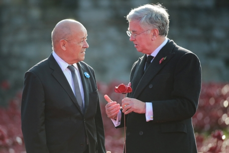Ministrul Apărării britanic se întâlneşte cu omologul său francez
