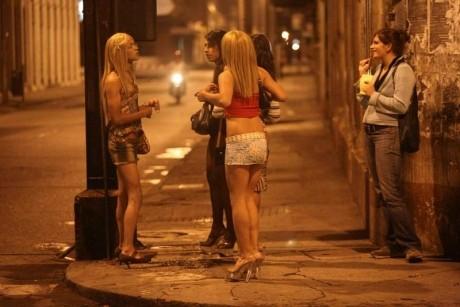 Doi bărbaţi au fost reţinuţi pentru proxenetism, după ce ar fi determinat şi înlesnit practicarea prostituţiei de către mai multe tinere