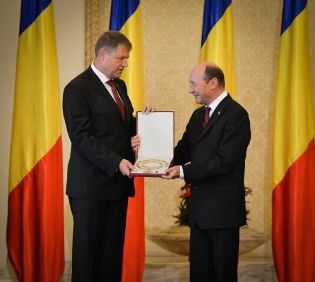 Băsescu îl `dă de gol` pe Iohannis: Asul din mâneca preşedintelui în scandalul legilor justiţiei