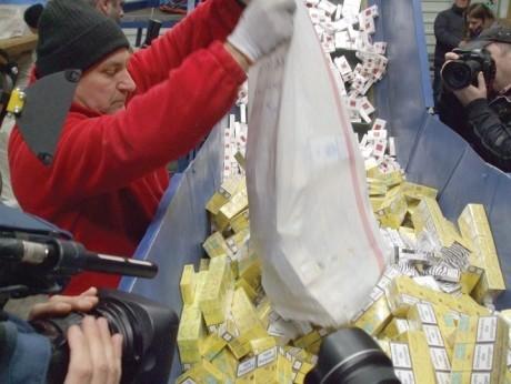Peste 26.000 de pachete de ţigări de contrabandă, descoperite în ultimele 24 de ore la frontieră