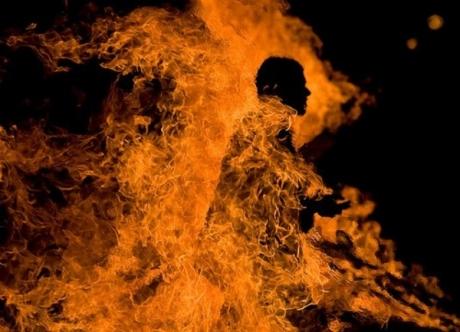 Scene ȘOCANTE - O femeie a turnat benzină pe soțul ei și i-a dat foc