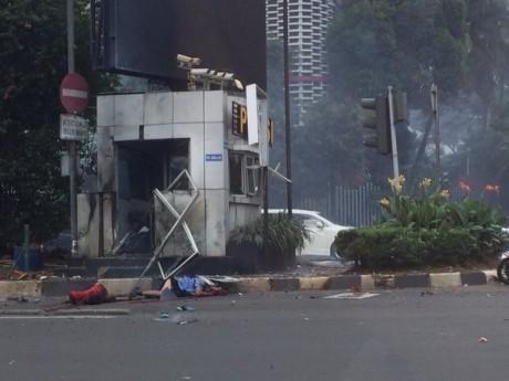 Dublu atentat cu bombă la Jakarta:Atacatorii sinucigaşi au ucis 3 poliţişti şi au rănit 10 persoane