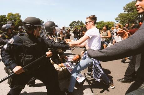 America e paralizată! Ciocniri şi tiruri cu gaze lacrimogene în faţa Casei Albe