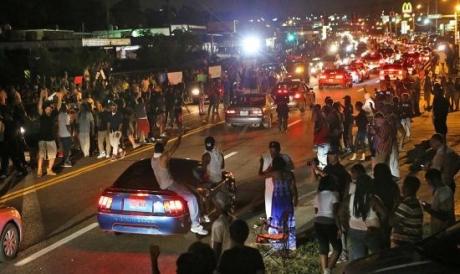 Un scandal bubuie după violențele din SUA: Polițiști anchetați după ce au folosit gaze chimice împotriva protestatarilor