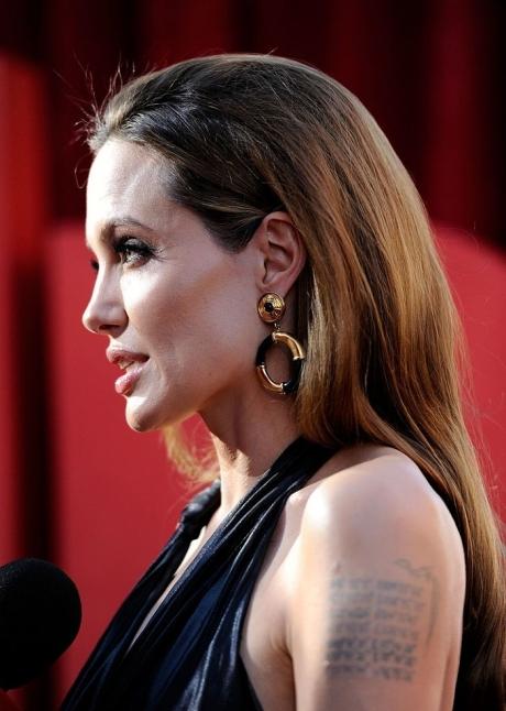 Angelina Jolie se numără printre vedetele invitate ca editori speciali pentru a realiza programe de Crăciun la BBC Radio