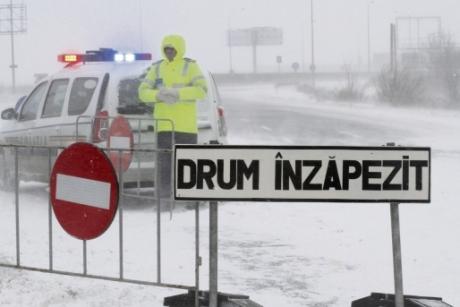 Viscolul şi ninsorile puternice aduc restricţii de circulaţie. Apelul CNAIR către şoferi
