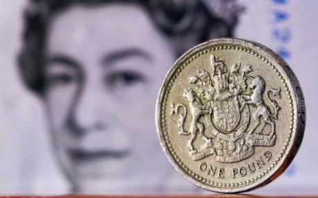 Probleme mari în Marea Britanie. Lira sterlină a scăzut cu aproape 2% faţă de dolar şi euro, cea mai slabă evoluţie zilnică după octombrie 2016