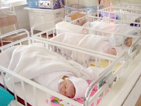 Populaţia României a continuat scăderea din cauze demografice, dar declinul a încetinit în octombrie, când s-au pierdut 5.112 de locuitori