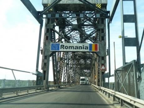 Autoturismele care traversează podul peste Dunăre în sensul Giurgiu-Ruse, scutite, în 'Ziua Podului', de achitarea tarifului de trecere
