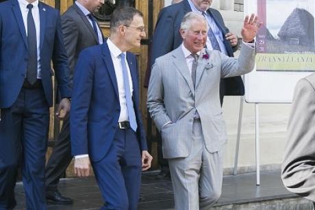 Prințul Charles i-a decorat pe actorul Tom Hardy și scriitorul Ken Follett