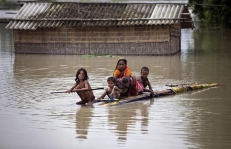Cel puţin 7 copii sunt daţi dispăruţi după ce un vehicul cu 29 de persoane a căzut într-un canal din nordul Indiei