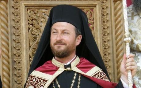 Episcopul homosexual al Huşilor 'a fugit din ţară'. A fost surprins la aeroport/ FOTO