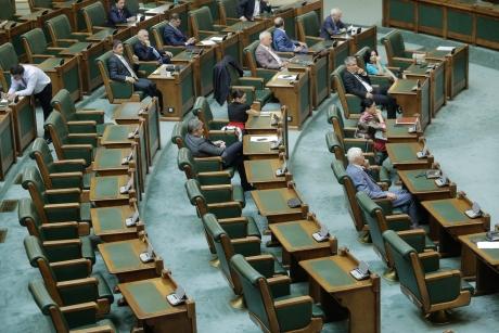 Senatul a schimbat legea referendumului, așa cum a cerut CCR, după plângerea PNL și USR
