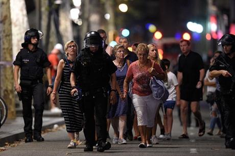 Mișcări de trupe la Barcelona: Polițiștii caută încă un suspect în urma atacurilor teroriste