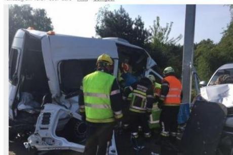 Două persoane au ajuns la spital, după ce microbuzul în care se aflau a fost lovit de o autoutilitară de gunoi