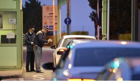 HALUCINANT Polițiști de frontieră, prinși, în Serbia, în timp ce făceau contrabandă de țigari chiar cu mașina poliției