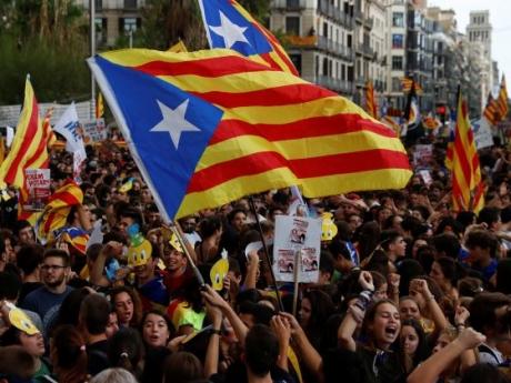 Protest de amploare în Barcelona: ÎN LANŢURI la uşa tribunalului - poliţia a arestat 14 persoane / VIDEO