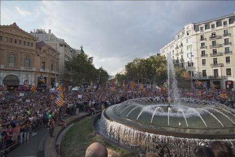 Manifestaţie de PROPORŢII în Barcelona. Preşedintele Puigdemont, în fruntea protestatarilor - VIDEO