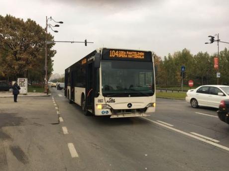 ACCIDENT în București: Un șofer de autobuz a intrat în 6 mașini, după ce a lovit noile borduri și a pierdut controlul autovehiculului
