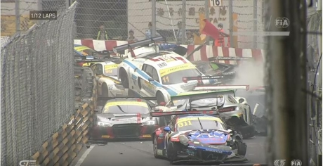 Accident spectaculos la un raliu. Coliziune în lanţ între 15 maşini - VIDEO