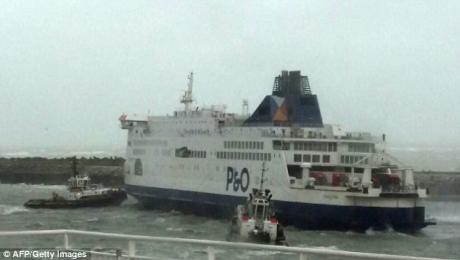 ALERTĂ la Canalul Mânecii: Peste 300 de persoane la bordul unui feribot eşuat (VIDEO)