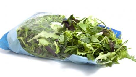 Studiu alarmant: Salata la pungă te poate îmbolnăvi grav! Explicaţiile specialiştilor