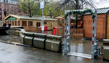 Târgurile  de Crăciun din Europa de Vest  sunt înconjurate anul acesta de detectoare de metal, plăci poligonale de beton și militari