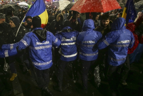 INCIDENTE GRAVE la protestele din Piaţa Victoriei: Jandarmii, în CONFLICT cu manifestanţii / FOTO
