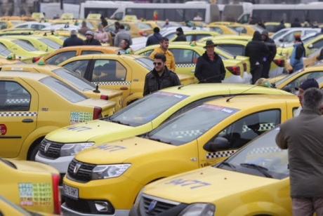 Transportatorii, protest cu sute de mașini în fața Parlamentului! Acuzații: 'Proiectul de lege va genera discriminări grave și nelegale'