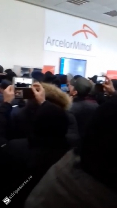 PROTESTE VIOLENTE ale angajaților de la ArcelorMittal Galaţi: Salariații au atacat sediul în care se află conducerea / VIDEO