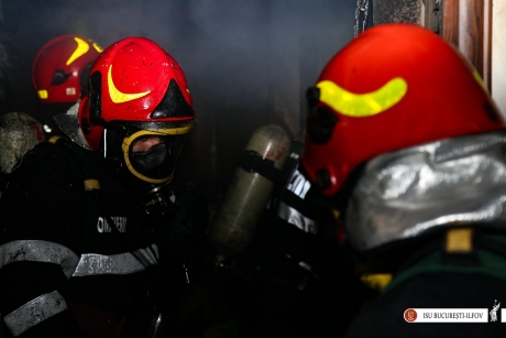 EXPLOZIE într-un bloc din Reşiţa: Un apartament a fost distrus, proprietarul a suferit arsuri grave