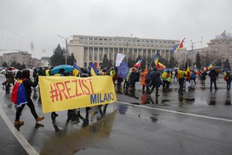 Protestatarii au început să sosească în Piața Universității. În București ninge puternic (FOTO, VIDEO)
