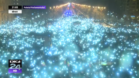 Moment simbolic în fața Parlamentului: Zeci de mii de protestatari au aprins lanternele telefoanelor și au cântat imnul național (FOTO)
