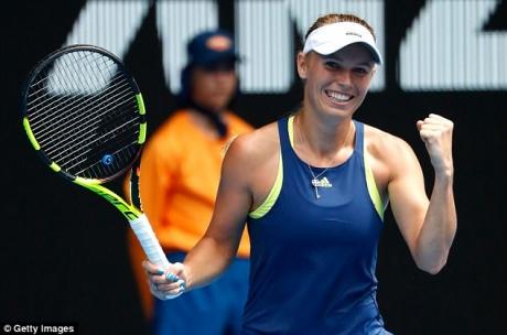Caroline Wozniacki a obținut prima victorie la Turneul Campionaelor, într-un meci cu Petra Kvitova