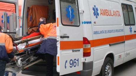 Un bărbat a ajuns la spital în stare de inconştienţă, după ce a căzut într-un canal de pe marginea şoselei