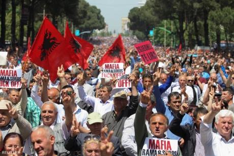 Clădirea Parlamentului Albaniei înfășurată în sârmă ghimpată pentru a ține la distanță manifestanții care cer demisia premierului Edi Rama