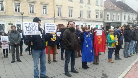 Protest tăcut în faţa sediilor PSD din Sibiu şi Cluj-Napoca / VIDEO