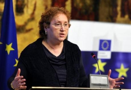 VIDEO Renate Weber, HĂRȚUITĂ în plină stradă de protestatarul Marian Ceaușescu: 'Comunistă ordinară'