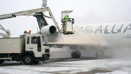 Compania Naţională Aeroporturi Bucureşti vrea o deszăpezire rapidă: Compania investește aproape un milion de euro pentru achiziționarea de freze rapide