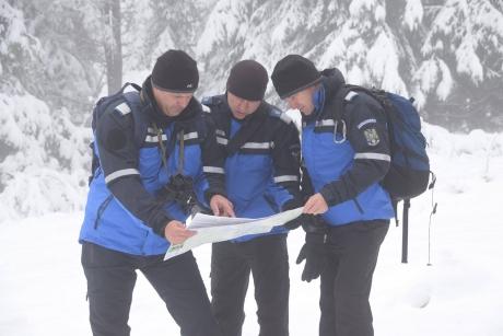 Intervenţie în forţă a jandarmilor montani: Turişti blocaţi în zăpadă la Sinaia, pe drumul Cotei