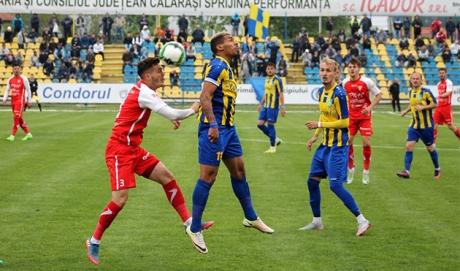 Tehnicianul UTA Arad, Laszlo Balint, şi-a felicitat jucătorii după victoria cu Dinamo