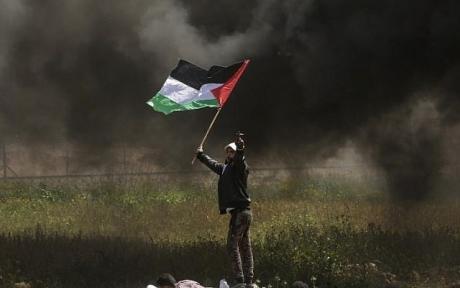 Violente bombardamente israeliene pe întreg teritoriul Fâşiei Gaza. Revolte violente ale palestinienilor de-a lungul gardului de securitate