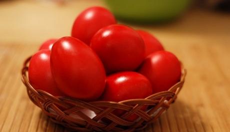Măicuţele de la Mănăstirea Şag au înroşit o mie de ouă pentru credincioşii care vor veni în noaptea de Înviere