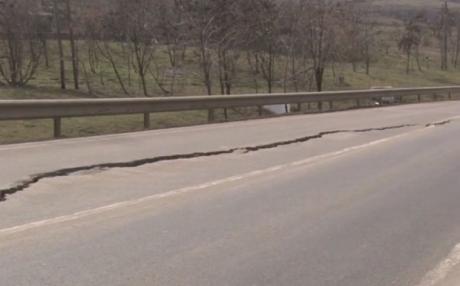Reabilitat recent, un drum național intens circulat s-a rupt efectiv în două