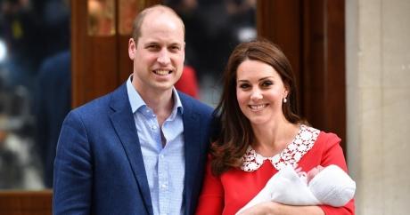 Cu cine seamănă? Ducele şi ducesa de Cambridge și-au prezentat cel de-al treilea copil / VIDEO