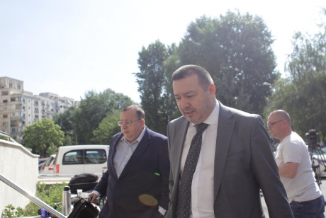 'Deputatul mitralieră', JIGNIRE FĂRĂ PRECEDENT: Semnatarii scrisorii anti - Dragnea sunt 'niște tractoriști, unii suntem burghezi'